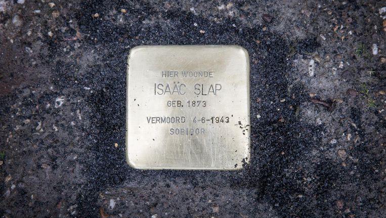 Een struikelsteen voor Spinozastraat 7, voor oud-bewoner Isaäc Slap Beeld Dingena Mol