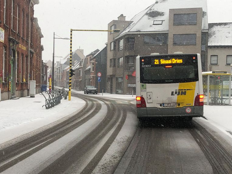 archiefbeeld: wanneer een lijnbus halt houdt in de Kronenhoekstraat ontneemt deze het zicht op het verkeerslicht aan de rechterkant en steken chauffeurs de bus voorbij met gevaarlijke gevolgen.