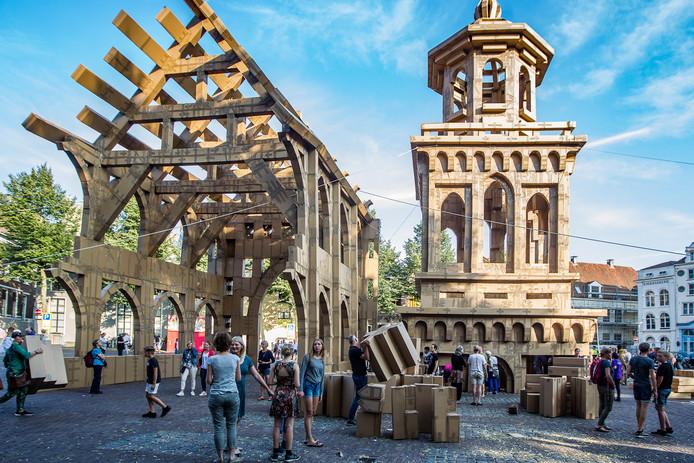 De kartonnen kerk van 20 meter hoog tijdens Deventer op Stelten, een publiekstrekker qua evenementen. Olivier Grossetête bouwde ter ere van het 1250-jarig bestaan samen met 1250 (!) inwoners en festivalbezoekers twee kartonnen torens van ruim 20 meter hoog.