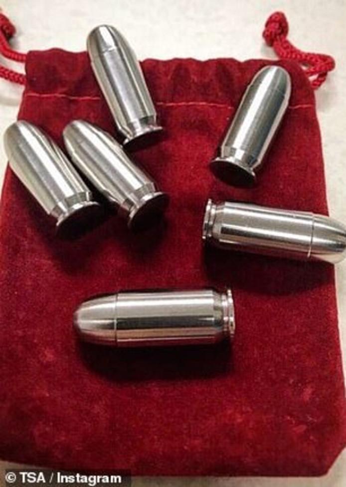 Koelers voor in een whisky-glas in de vorm van munitie - leuk, maar niet in een vliegtuig