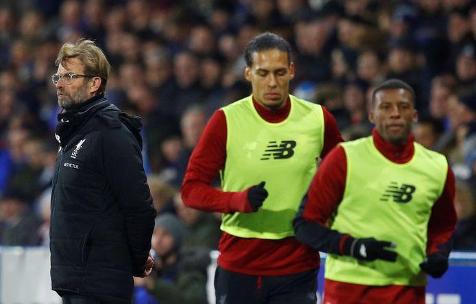 Virgil van Dijk en Georginio Wijnaldum lopen warm tijdens de uitwedstrijd bij Huddersfield Town.