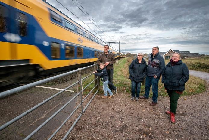 De familie Nieuwenhuis heeft een melkveehouderij tussen Velp en Rheden, vlak langs het spoor.
