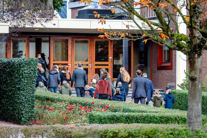 Zondagsdienst bij de Mieraskerk in Krimpen aan den IJssel met meer bezoekers dan de aanbevolen 30 personen.