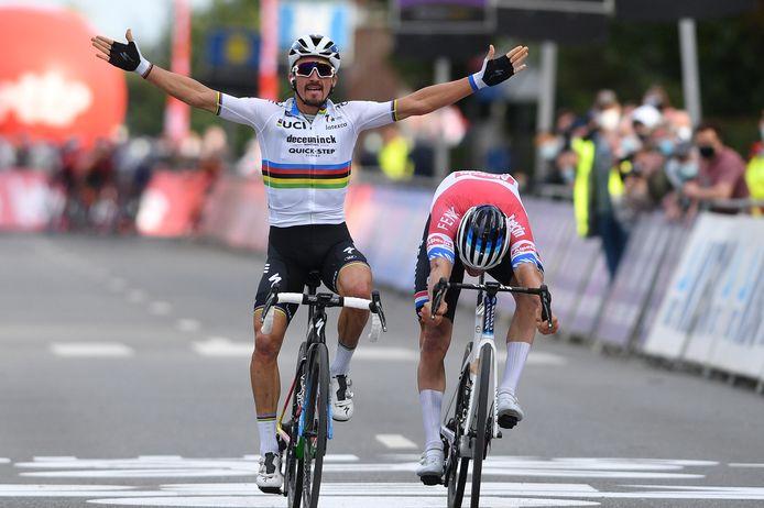 Julian Alaphilippe wint nipt voor Mathieu van der Poel de Brabantse Pijl.