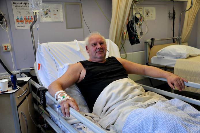 Jur de Vos overleefde de beroerte en ligt nu in het ziekenhuis.
