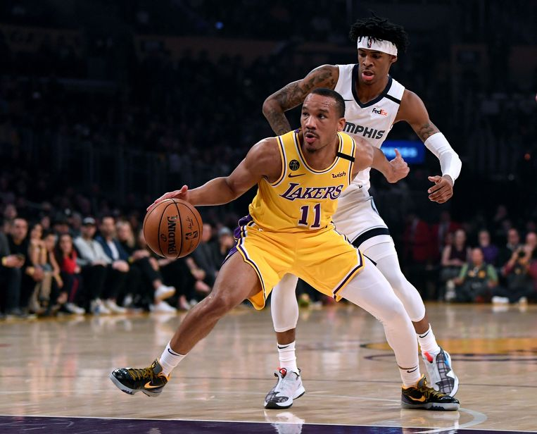 Avery Bradley van de Los Angeles Lakers in duel met Ja Morant van de Memphis Grizzlies.  Beeld AFP