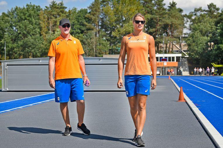 Dafne Schippers en haar coach Rana Reider kijken naar de training van andere atleten op het trainingscomplex van Papendal. Beeld Guus Dubbelman / de Volkskrant