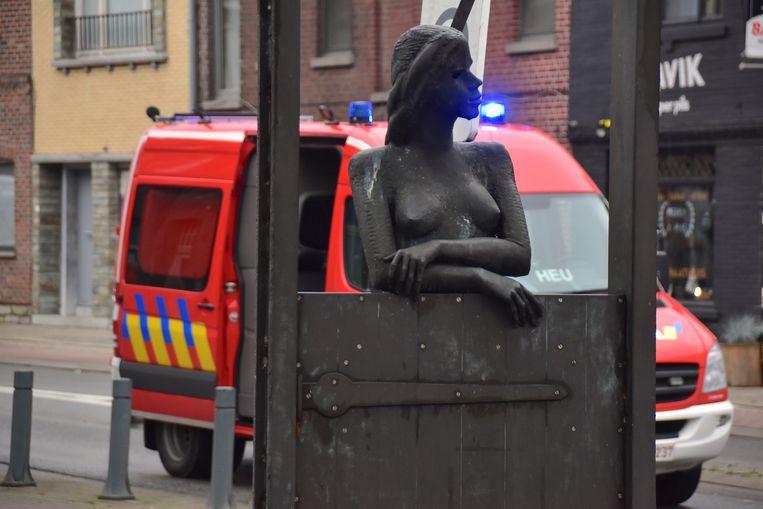 Minneke, het frivole vlassermeisje op de Plaats in Bissegem, was getuige van de aanrijding maar hield wijselijk haar mond.