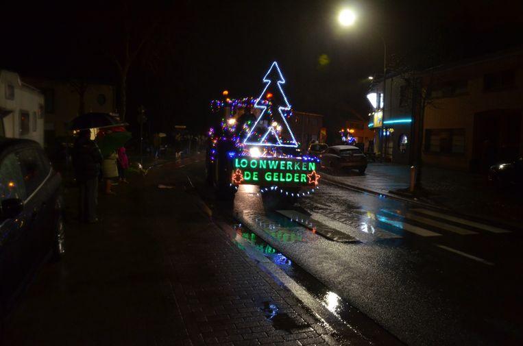 Ondanks de regen stond er toch een pak toeschouwers langs de weg.
