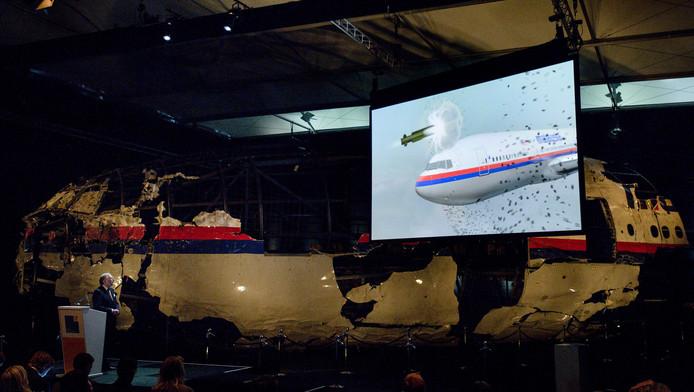 OVV-voorzitter Tjibbe Joustra dinsdag in Gilze-Rijen tijdens de presentatie van het MH17-rapport.