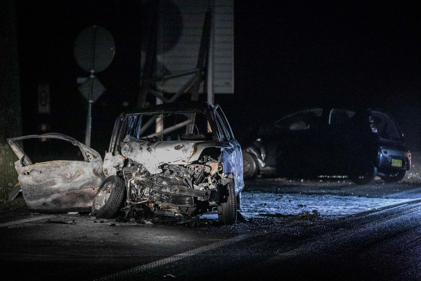 Van de in brand gevlogen auto bleef weinig over.