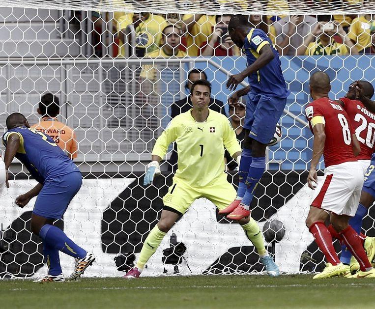 De Zwitserse keeper Diego Benaglio weet de kopbal van Valencia niet te stoppen. Beeld epa