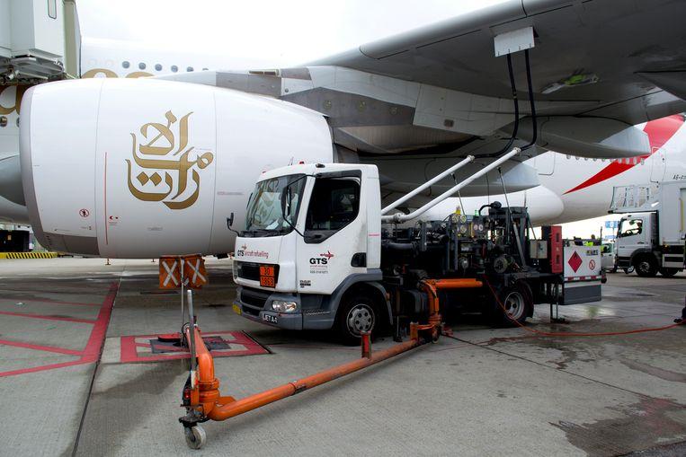 Een tankwagen naast een vliegtuig op Schiphol. Beeld Schiphol