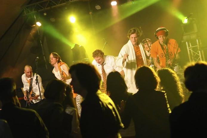 De zes leden van de feestband Band & Breakfast wisten vorig jaar in no-time de bezoekers in de overvolle feesttent van ZeggPop mee te krijgen. foto Sabrina Gaudio/het fotoburo