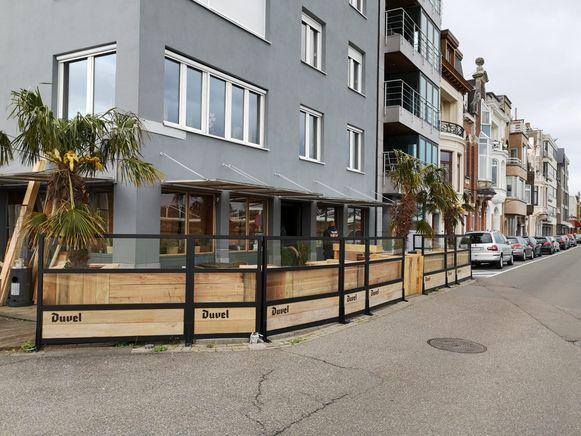 Het nieuwe terras werd aangelegd in hard steigerhout dat tegen een stootje kan.