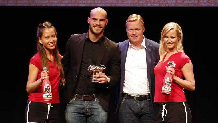 Trainer Ronald Koeman (R) reikt aan Ruud Boymans een Gouden Stier uit voor de beste speler van de Jupiler League. Beeld anp