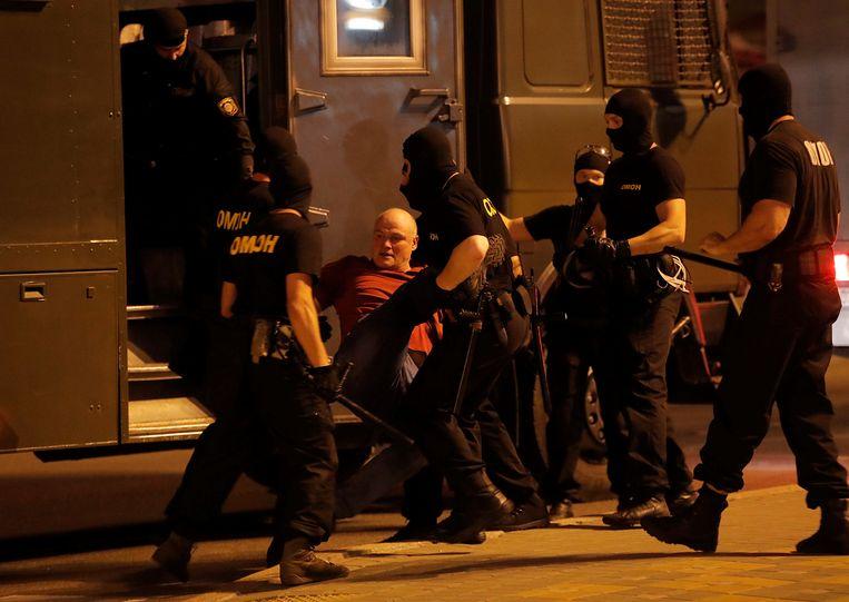 Een man wordt gearresteerd in Minsk.