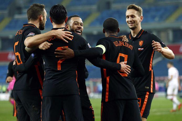 Het Nederlands elftal viert de winnende treffer van Georginio Wijnaldum tegen Polen, een mogelijke tegenstander op weg naar het WK in Qatar.