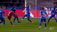 Antwerp krijgt strafschop nadat de bal tegen elleboog van Owusu wordt geknald