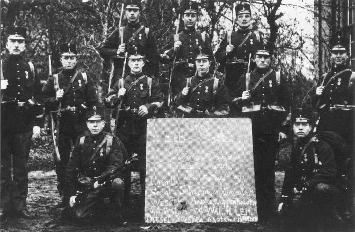 De militairen van het 5e Regiment Infanterie (1e compagnie, 3e bataljon) die vanuit Amersfoort deelnamen aan de 1e Vierdaagse van 1 t/m 4 september1909 en het ereteken voor betoonde marsvaardigheid (het Vierdaagsekruis) behaalden.