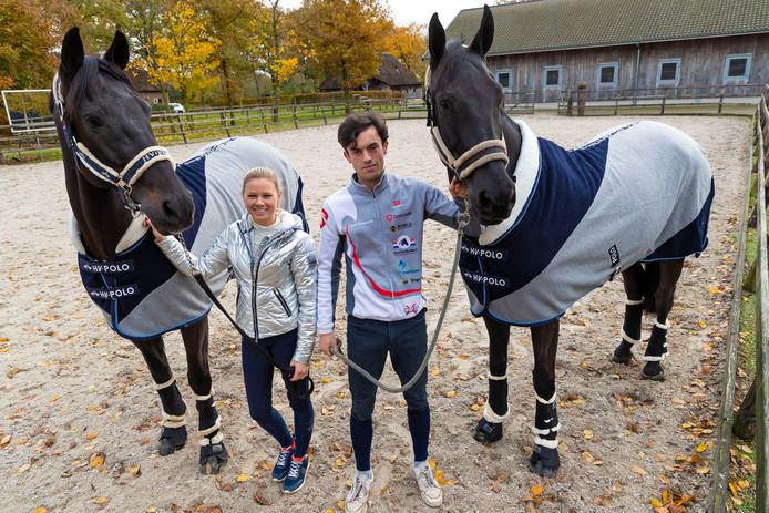 Maxime van de Vlist met paard Bailey en Levi Driessen met paard Fernhill Extreme in de buitenbak van het onlangs geopende paardentopsportcentrum in Cromvoirt.