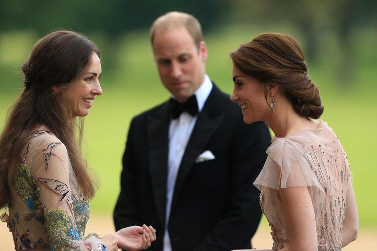 Rose Hanbury en Kate Middleton met prins William in de achtergrond.