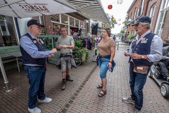 In Gennep zijn zaterdag de eerste Groeters geïnstalleerd: vrijwilligers die met informatie over Gennep klaarstaan voor toeristen. Groeters Theo Roosenboom (links) begroet samen met Ad Jansen (rechts) toeristen uit de Achterhoek.