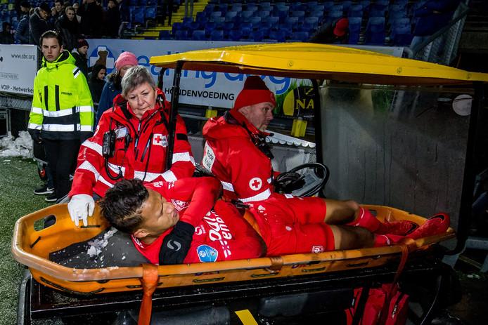 FC Twente-speler Luciano Slagveer geblesseerd het veld af