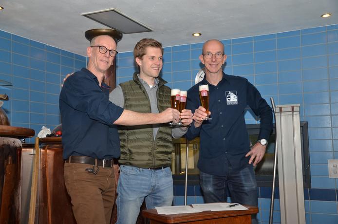 De eigenaren van De Beyerd, Mikel en Orson de Jongh proosten met AB InBev-directeur Nicolas Bartholomeeusen (m) op de verlengde samenwerking.