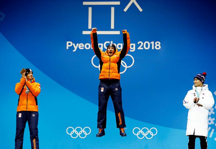 Kjeld Nuis springt een gat in de lucht als hij op de hoogste trede van het ereschavot mag plaatsnemen voor Olympisch goud.