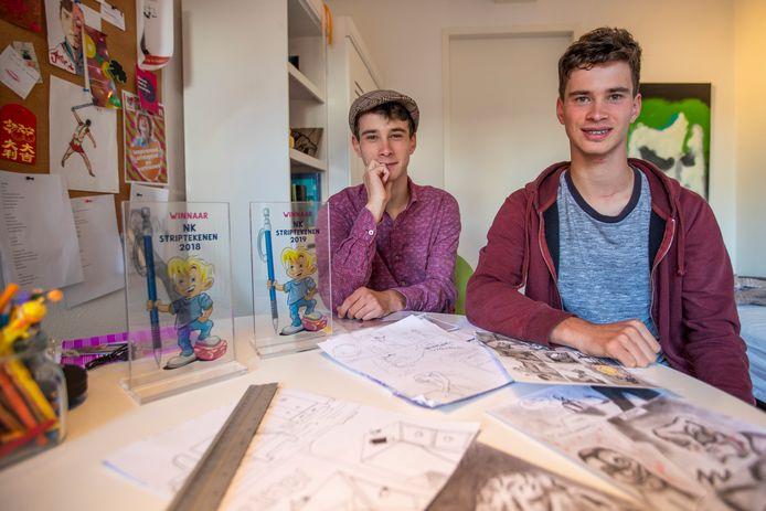 De broers Pim (links) en Tom van Helvoort bij hun trofeeën van het NK Striptekenen.