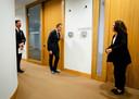 De Jonge in een onderonsje met gebarentolk Irma Sluis voorafgaand aan één van de persconferenties die hij met premier Mark Rutte over het coronavirus hield.