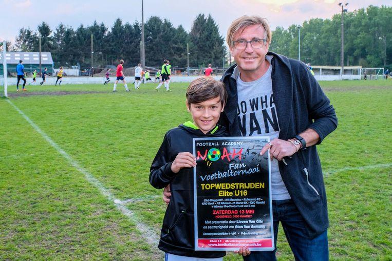 Johan en zoon Luca Mortier met de affiche van hun evenement ter ere van Noah.