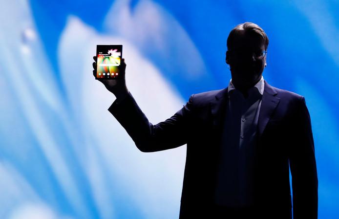 Justin Denison laat het prototype van de opvouwbare smartphone zien.