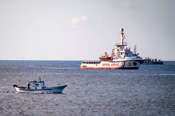 Het reddingsschip Open Arms ligt voor het Italiaanse eiland Lampedusa.