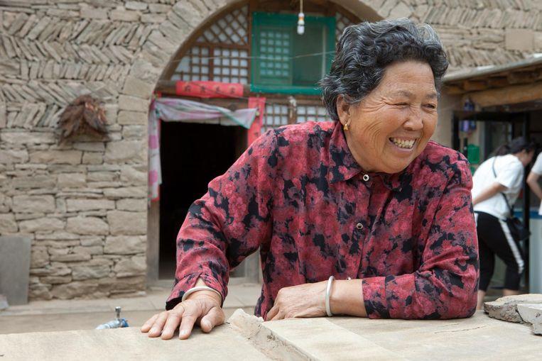 Winkel. Liu Jinlian bood Xi Jinping ooit onderdak. Zij is een bezienswaardigheid op zichzelf geworden en verkoopt nu stoffen schoenen zoals ze voor Xi maakte, gedroogde dadels en graanproducten in sobere verpakkingen. Beeld Foto Wassink Lundgren