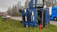 Trucker verliest controle over stuur op E19 in Kontich en kantelt