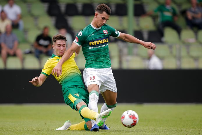 Lewis Montsma probeert in duel met Norwich City onder 23 de bal te behouden.