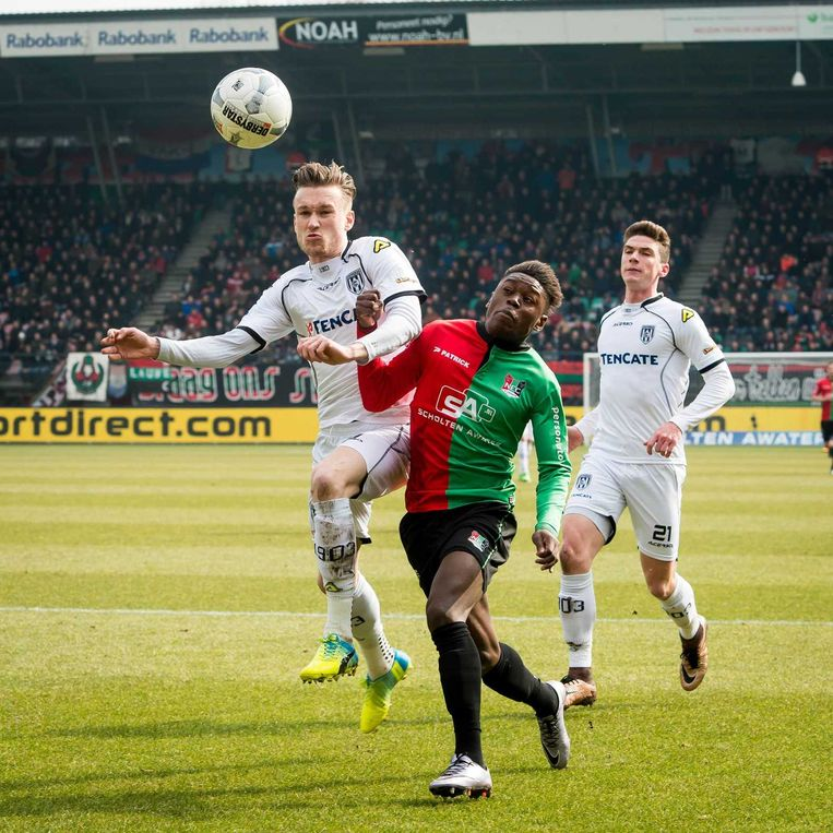Heracles-spelers Mike te Wierik (links) en Robin Gosens en NEC-speler Anthony Limbombe. Beeld anp