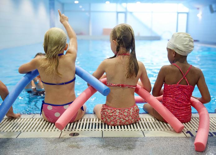 Zwemles in een zwembad in Den Haag. Ter illustratie.
