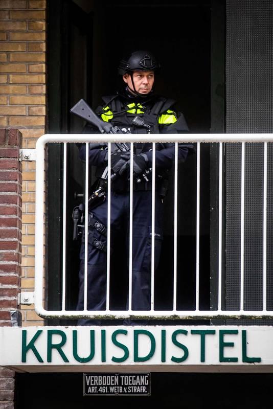 Politieagenten bij een pand in de buurt van het Nijpelsplantsoen in Nieuwegein.