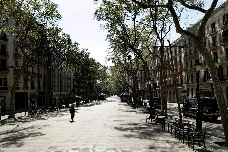 De Ramblas in het centrum van Barcelona is leeg door de lockdown in Spanje.  Beeld EPA