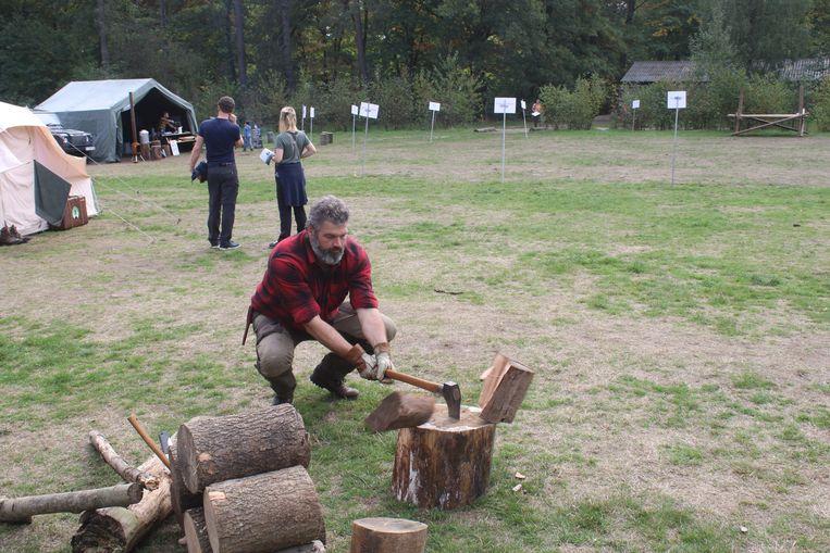 Achthonderd bushcrafters konden 150 workshops volgen in het Meerdaalwoud. Uiteraard werd er geleerd hoe je een boomstam doormidden klieft.