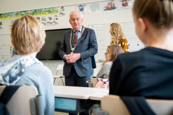 Burgemeester Dirk van der Borg met de leerlingenraad van de School met de Bjibel.