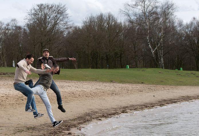 De initiatiefnemers van beachclub Meer bij 't Hilgelo. Van naar achter: Wouter Beijers, Jimmy Beijers en Jeroen Schreurs. Foto: Theo Kock