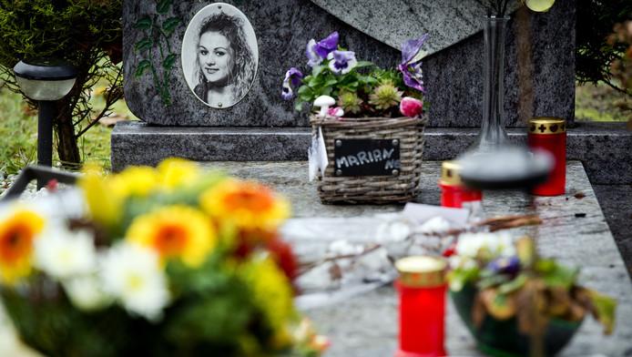 Bloemen op het graf van de vermoorde Marianne Vaatstra