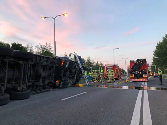 De gekantelde vrachtwagen op de A348 bij Velp.