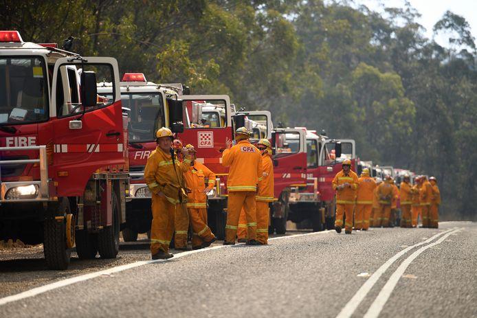 Talloze brandweerlieden zijn in Australië druk bezig om de vele brandhaarden te bestrijden.