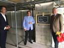Een glimmende burgemeester Roderick van de Mortel van Vught en architect Diederik Six bij de verrassingsplaquette.