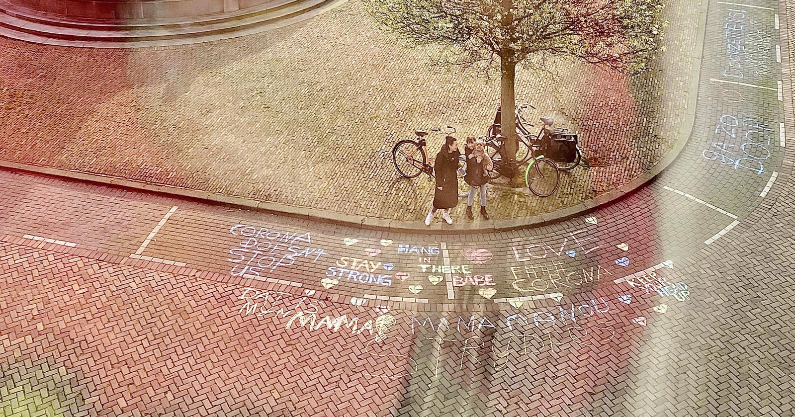 'Stay strong', 'Corona's doesn't stop us', het zijn een paar van de teksten voor Manou Veldman aan de Rotterdamse Veerkade.